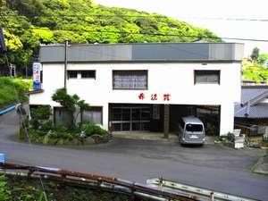 温泉民宿 赤沢荘:目の前は広がる大海原、裏山では緑が青々としており、四季を存分に味わえる赤沢荘