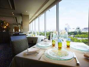 ホテルニューオータニ大阪:フランス料理SAKURAでは、大阪城公園の四季とともにお料理をお楽しみ頂けます。