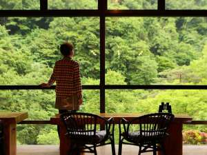 信州高山温泉郷 仙人露天岩風呂と渓谷美の宿 風景館:雄大な緑を眺めながら、ロビーでおくつろぎいただけます。