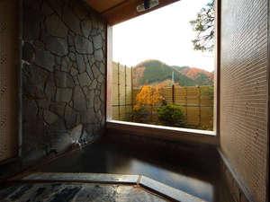 伝統の宿 旅館すがわら:半露天タイプの貸切風呂。まるで絵のような山々の景色を望んで