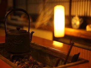 伝統の宿 旅館すがわら:ほのかな光が照らす囲炉裏。のんびりひと休みのひとときに(セルフ珈琲あり。無料)