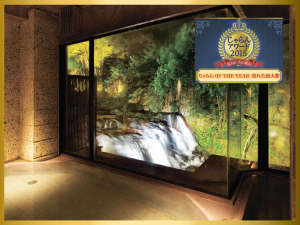 絶景露天風呂と貸切風呂が自慢の宿 東山温泉 庄助の宿 瀧の湯:会津の名所・名瀑「伏見ヶ滝」を望む、絶景の大浴場「庄助風呂」の夜のライトアップイメージ♪