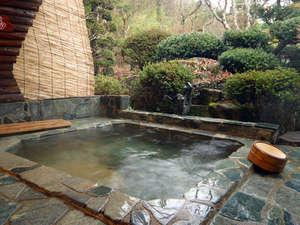 湯屋温泉 炭酸泉の温泉旅館 ニコニコ荘:開放的な露天風呂でゆっくり浸かってお楽しみください。