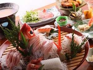 露天風呂の宿 半右衛門:大杯盛りの磯魚、きんめのしゃぶしゃぶ、サザエ、自家栽培の野菜もふんだんに利用(夕食例)
