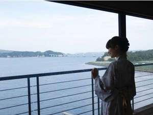 海と味の宿 和倉温泉 宿守屋寿苑(やどもりやじゅえん):全室がオーシャンビュー。窓辺からは波穏やかな七尾湾が安らぎのひとときを演出。