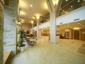ホテルサンルートソプラ神戸:壁面や床、柱にフランス直輸入のライムストーンを使用したロビー