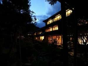 木造三階建ての木造建築と庭園の眺め