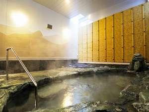 天然温泉 スーパーホテル LohasJR奈良駅:天然温泉『飛鳥の湯』外湯:外気を取り込んだ岩風呂湯です。壁には若草山の絵が描かれております。