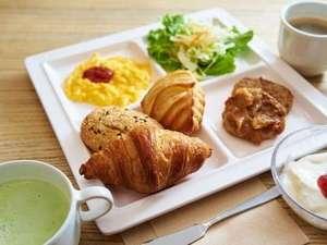 天然温泉 スーパーホテル LohasJR奈良駅:毎朝ホテルでスタッフが焼き上げるアツアツのパンをたくさんお召し上がりくださいませ♪