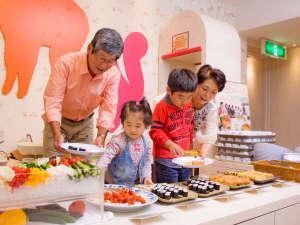 ホテルエピナール那須:お子様が取りやすい高さに料理が並ぶキッズバイキングコーナー!7大アレルギー表示や離乳食もあり♪