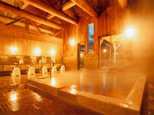 こはく湯の宿 中鉢:木の香り漂う大浴場。琥珀色の温泉でのんびりくつろいで下さいね
