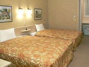 ファミリーロッジ旅籠屋・彦根店:25㎡の客室にクイーンサイズベッドが2台。全室無料ネット接続可。