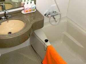 ファミリーロッジ旅籠屋・彦根店:トイレは独立。1室のみ車イス対応。