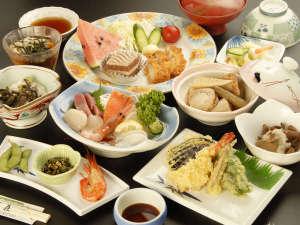 山水荘:*【夕食全体例】阿寒の森で採れる山菜や新鮮や海の幸を使った料理が彩ります。