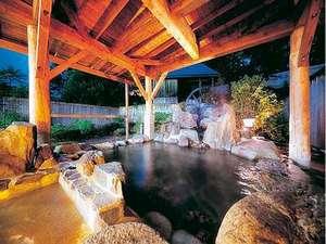 ホテル偕楽苑:夜の露天風呂(岩) 夜11時から12時頃の間に男女の暖簾を入れ替えます