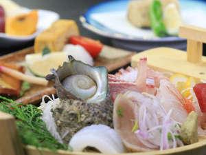 民宿 宝来荘:<夕食一例>季節に応じてサザエなど取れたての海幸をご用意 冬は寒ブリが美味しいですよ♪