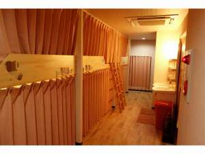 KEN'S HOUSE:客室2段ベッドのドミトリーカーテン