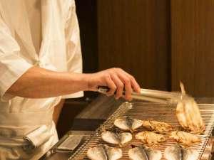 ラフォーレ倶楽部 伊東温泉 湯の庭:伊東名物魚の干物もひとつひとつ目の前で焼いていきます