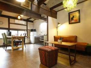 竹田町屋寺子屋はな亭:別邸「千の雲」の1階12畳リビング。天窓からの光が差し込みます。
