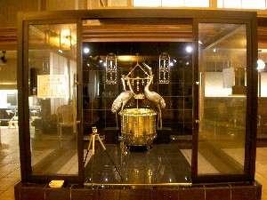 1億5千万円の純金風呂「開運風呂」に浸かって夢のひとときを。