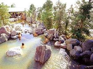 龍宮城スパ・ホテル三日月:風が心地良い石組大露天風呂(男性風呂です)