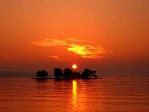 宍道湖の夕日は世界一!数々の逸話を持つ湖面に浮かぶ「嫁が島」と夕焼けのベストショットに出会えるかも!