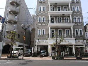 チェックインは全て左のアーチ突き当たりの本館フロントで承ります。駐車場を挟んでスペイン風の別館です。