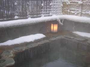 湯けむり上がる、雪の露天風呂