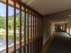 【1階専用橋】1階駐車場から風情ある専用橋を渡って4階フロントまでお越しください