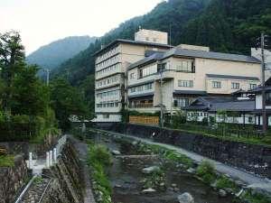 外観 春来川と山々に囲まれています