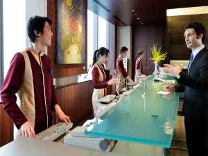 パークホテル東京:世界で活躍する日本人デザイナー中里唯馬氏がデザインしたユニホーム