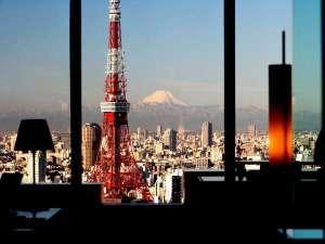 パークホテル東京:【フロント】窓越しに見える東京タワーには圧巻。天気の良い日は富士山も望めます