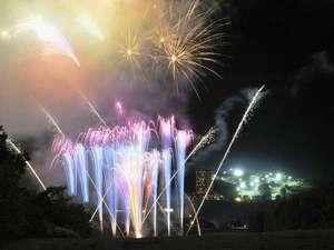 ルスツリゾートホテル&コンベンション:【日程限定】花火大会:緑の芝生と夜空を照らす高原花火は一味違います♪