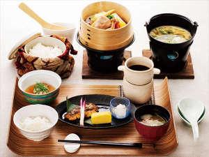 釧路センチュリーキャッスルホテル(旧釧路キャッスルホテル):和朝食。季節野菜の蒸籠蒸し、釧路近海で獲れた焼き魚など。白米・玄米・玄米粥から選択できます。