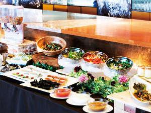 釧路センチュリーキャッスルホテル(旧釧路キャッスルホテル):朝食は洋or和の定食に、野菜料理やシリアル、デザートなどのミニブッフェがセットになっております
