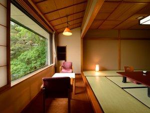 本丸①和室からは、上山城外濠跡の日本庭園が一望♪ 季節の移ろいを心で感じとってみては?