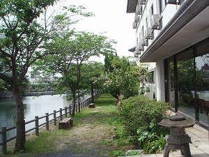 城内ホテル:二の門堀に沿った散歩道。(夏)