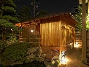 ■日本庭園の中にひっそりと静かに佇む東屋風の夜の露天風呂