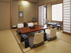 ■諏訪湖側のお部屋(10畳和室)4名様までゆったりとご宿泊いただけます。たまには贅沢に2人でのんびりと