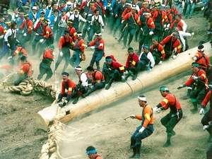 ■御柱祭 長さ17m 直径1m以上 モミの大木が木落し坂を一気にかけ降りる