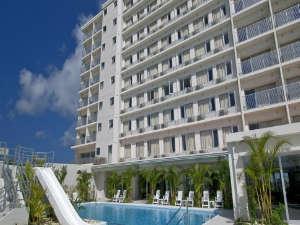 ホテルグランビューガーデン沖縄:ホテル外観プールサイド