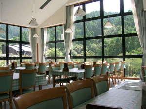 英彦山温泉 しゃくなげ荘:見晴らしの良いレストランで四季を感じながらのお食事をお楽しみ下さい。