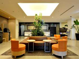ダイワロイネットホテル仙台:【ロビー】オレンジを基調としたシックでモダンな空間のロビー