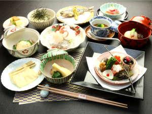 丸長旅館:【夕食一例】地産地消の野菜を随所にとりいれた創作懐石。月替わりのスタンダードプラン。