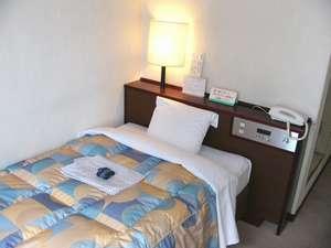 日の出ホテル:エコノミーシングルベッド(お部屋の1例です。)