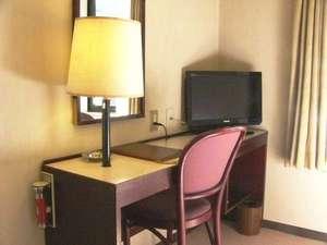 日の出ホテル:エコノミーシングルのデスク、地デジ対応TV
