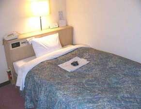 日の出ホテル:ゆったりとしたビジネスシングルのベッド