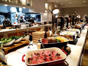 ホテルシーブリーズカジュアル:夕食(一例)/和・洋・琉球料理が並ぶ種類豊富な夕食ブッフェ。