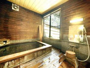 貸切風呂/香り豊かな総檜庭園風呂は貸切(45分1,000円)で利用可能。
