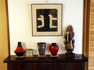 館内には女将がコレクションした家具やさまざまな骨董品を展示しています。